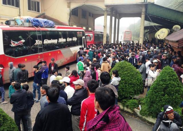 Hàng trăm người chen chúc làm thủ tục nhập cảnh vào Việt Nam tại cửa khẩu quốc tế Nam Pao, Lào - Ảnh: Doãn Hòa