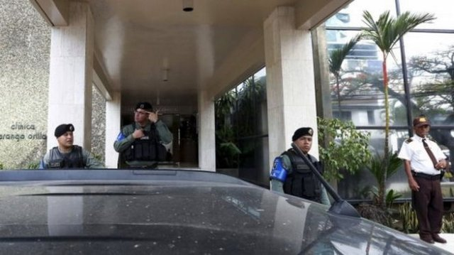 Cảnh sát Panama khám xét trụ sở chính của công ty luật Mossack Fonseca ngày 12-4 - Ảnh: Reuters