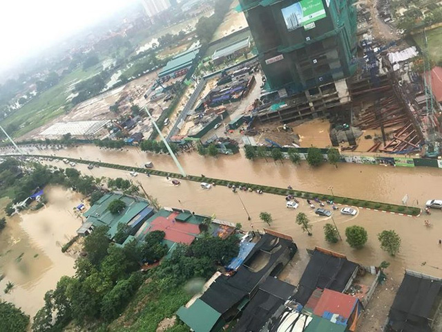 Đường Tố Hữu hóa thành sông khiến các phương tiện di chuyển khó khăn.