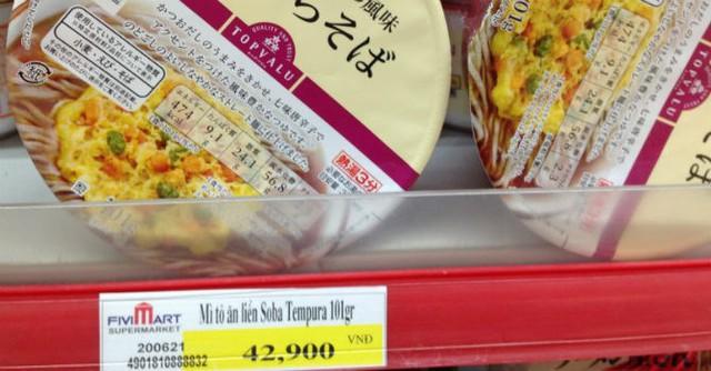 Giá hộp mì tôm Nhật Bản 42.900 đồng tại Fivimart. Ảnh: N.Thảo