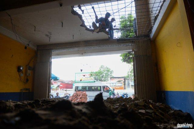 Tầng trệt căn nhà của anh Huỳnh Hoàng Văn chỉ còn 1m chiều cao kiến anh phải đập bỏ sàn tầng 1