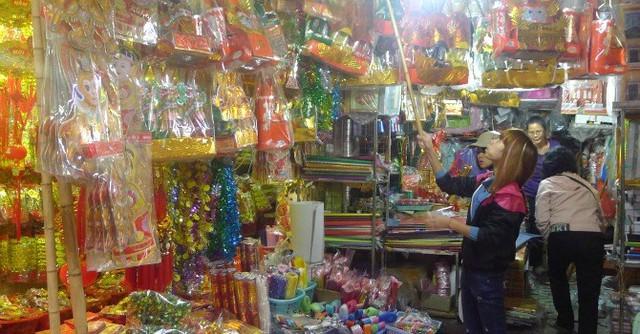 Theo các chủ cửa hàng, giá của một số mặt hàng năm nay không biến động nhiều so với năm ngoái. Ảnh: T. Nhung.