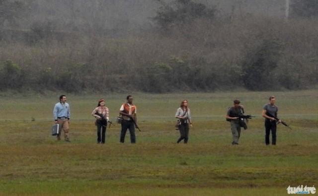 Brie Larson vá các diễn viên khác trong một cảnh quay.