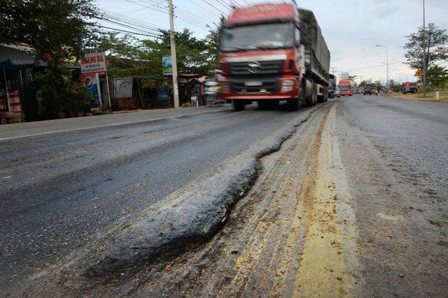Quốc lộ 1 đoạn Phan Thiết - Đồng Nai dài 114km, vốn đầu tư 2.000 tỉ đồng bị lún nhiều nơi dù mới đưa vào sử dụng - Ảnh: Hữu Khoa