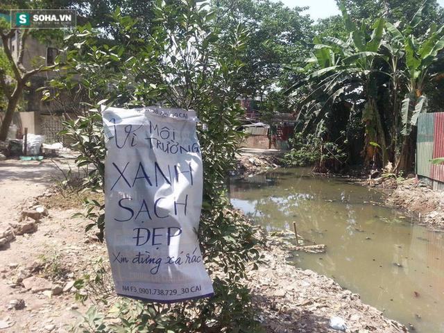 Thông điệp mà James cùng các bạn của mình để lại bên bờ kênh hôi thối (ảnh: Hà Khê).