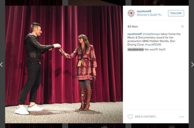 Trưởng phòng sản xuất Maria Stefanopoulos lên nhận micro phát biểu sau khi giải thưởng được công bố - Ảnh chụp màn hình