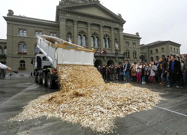 Thỉnh nguyện kêu gọi trưng cầu dân ý về thu nhập cơ bản (UBI) là một quyền theo hiến pháp đã được bắt đầu từ tháng Tư năm 2012. Đến tháng 10/2013, có hơn 126.000 công dân đã ký vào thỉnh nguyện này, có nghĩa là chính quyền phải tổ chức một cuộc trưng cầu dân ý. Những người ủng hộ sáng kiến này đã ăn mừng bằng việc đổ đống 8 triệu franc loại đồng 5 xu bên ngoài toà nhà Quốc hội, hàm ý mỗi đồng xu cho mỗi công dân Thuỵ Sĩ.