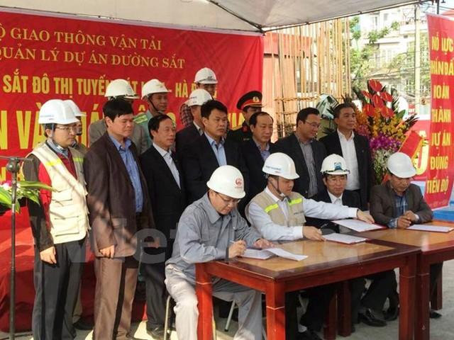 Các đơn vị ký cam kết hoàn thành thực hiện dự án đường sắt đô thị Cát Linh-Hà Đông vào cuối năm 2016. (Ảnh: Việt Hùng/Vietnam+)