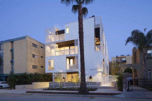 Tổ hợp Cloverdale749 tại Los Angeles được đánh giá là khu nhà ở nhiều hộ gia đình có thiết kế đẹp nhất. Công ty kiến trúc Lorcan OHerlihy đã tạo nên một căn nhà hiện đại và có dáng vẻ nổi bật so với những căn nhà khác trong khu vực.