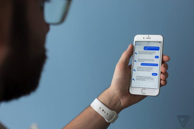Facebook sẽ đưa thêm nhiều chức năng vào Messenger, khiến người dùng lệ thuộc vào phần mềm này nhiều hơn nữa. Ảnh: The Verge.