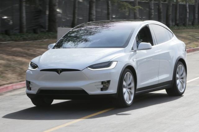 Sự đón nhận quá nồng nhiệt của người tiêu dùng với Model X cũng đang gây ra những rắc rối cho Tesla.