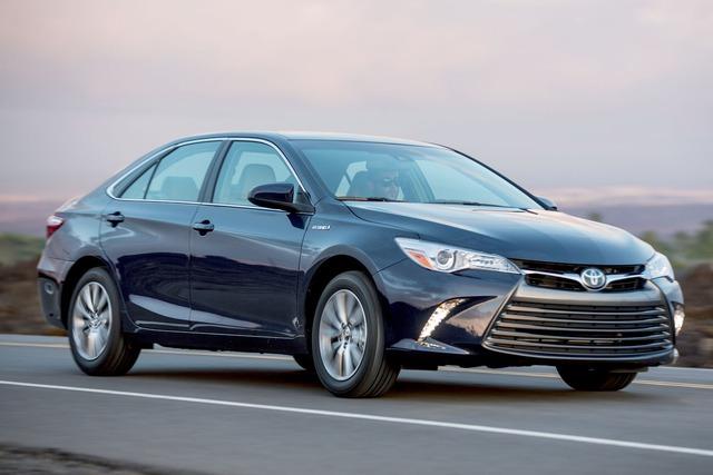 Chiếc Toyota Camry XLE Hybrid, một mẫu xe bình dân với những trang bị và thiết kế rõ ràng thua kém rất nhiều so với Tesla Model 3, cũng đã có giá 31.000 USD.