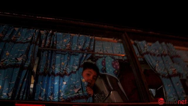 Chú bé trên xe hiếu kỳ nhìn những người bên dưới.