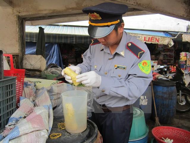 Kiểm tra chất vàng ô trong măng tại chợ Đông Hà, Quảng Trị. Ảnh: Thanh Thủy