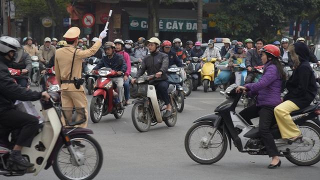 Cảnh sát điều tiết giao thông trong giờ cao điểm.