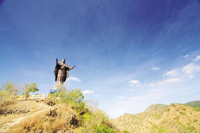 Tượng Chúa Jesus khổng hồ Cristo Rei de Dili nhìn xuống bờ vịnh