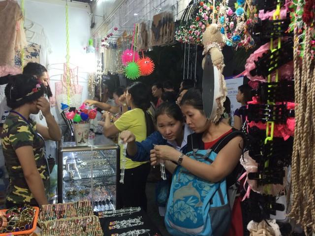 Người dân mua hàng tại hội chợ hàng Thái tổ chức ở nhà thi đấu Nguyễn Du (TP.HCM) - Ảnh: D.Tuấn