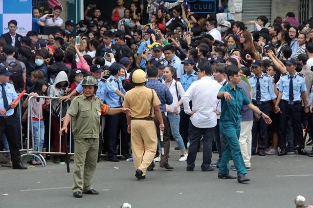 Lực lượng dân phòng, cảnh sát giao thông điều tiết hướng dẫn giao thông tại khu vực giao lưu - Ảnh: Q.Khải