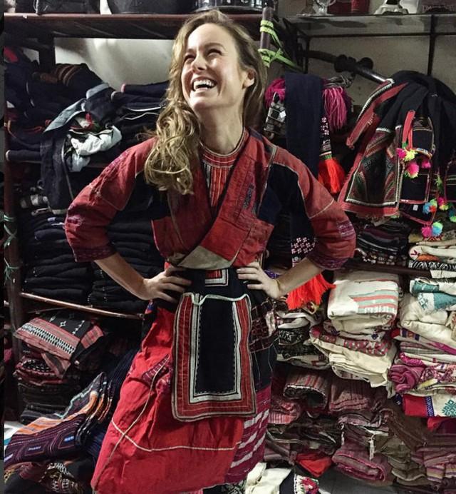 Nữ diễn viên Brie Larson trài nghiệm việc mặc trang phục dân tộc Hmong khi đóng phim ở Việt Nam. Ảnh: Instagrams/brielarson.