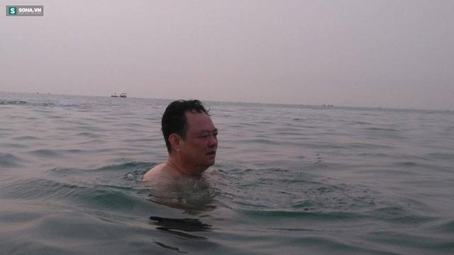 Ông Nguyễn Điểu, Giám đốc Sở Tài nguyên môi trường Đà Nẵng, tắm biển trong sáng 30-4