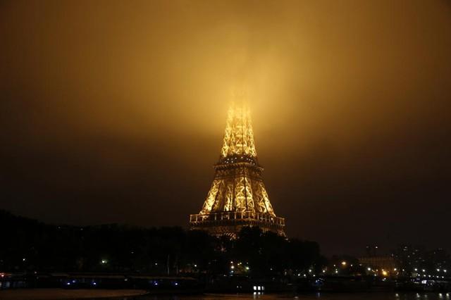 Sương mù bao phủ đỉnh tháp do mưa kéo dài. Ảnh: Reuters