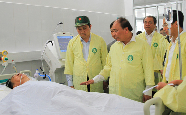 Thủ tướng Nguyễn Xuân Phúc yêu cầu các y bác sĩ Bệnh viện Đa khoa Đà Nẵng tích cực chăm sóc các nạn nhân. Nạn nhân trong ảnh là ông Ong Tah Fatt (47 tuổi, quốc tịch Malaysia)-Ảnh VGP/Hồng Hạnh.