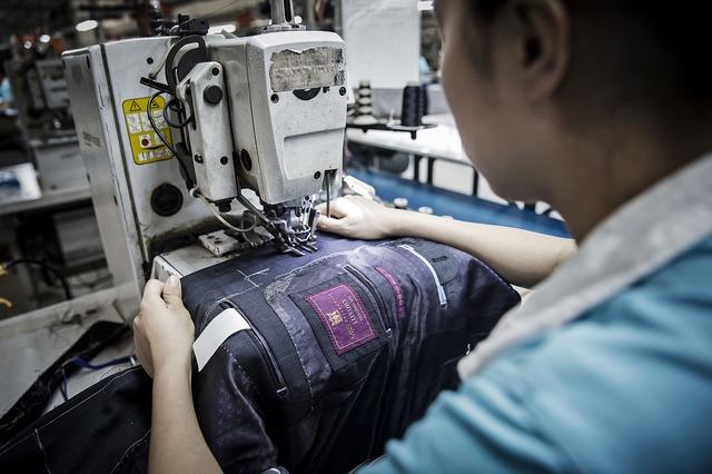 Công nhân làm việc trong nhà máy thuộc tập đoàn Ruyi. Ảnh: Qilai Shen/Bloomberg