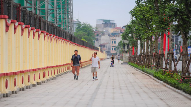 Vỉa hè rộng 7,5m được lát đá xanh tự nhiên, toàn bộ cây xanh cũng được thay thế và trồng mới đồng bộ giúp người dân dễ dàng đi lại. (Ảnh: PV/Vietnam+)