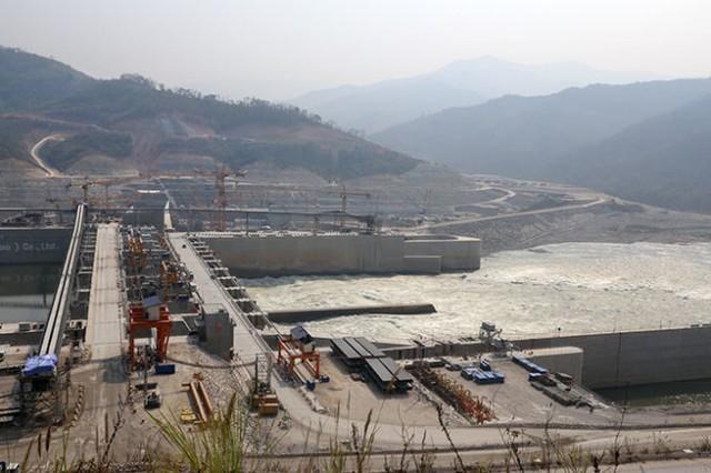 Đập thủy điện Xayaburi đã chặn dòng nước Mekong - Ảnh: Quốc Việt