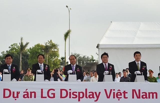 Thủ tướng Nguyễn Xuân Phúc tham dự lễ khởi công dự án Tổ hợp nhà máy LG Display Việt Nam hôm 6/5/2016.