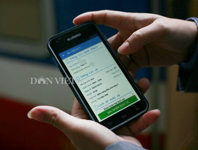 Khách đưa thẻ lên tàu hoặc thông tin đã được xác nhận trong máy điện thoại smartphone, nhân viên tàu sẽ dùng thiết bị quét và ghi nhận thông tin hành khách.