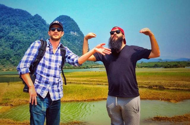 Đạo diễn Jordan Vogt Robert (phải) tỏ ra rất hạnh phúc khi tìm được những cành quay đẹp ở Việt Nam. Ảnh: Instagrams/voteroberts