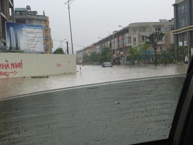 Nhiều tuyến phố khác của Hà Nội cũng không thoát cảnh ngập úng.