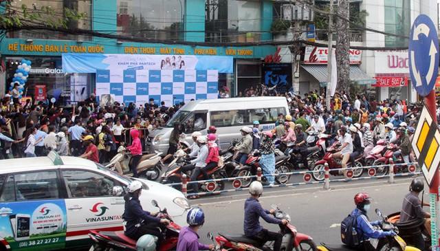 Giao thông khu vực cửa hàng bán điện thoại của Viettel hỗn loạn trong khi các ca sĩ Hàn Quốc đang giao lưu - Ảnh: Q.Khải