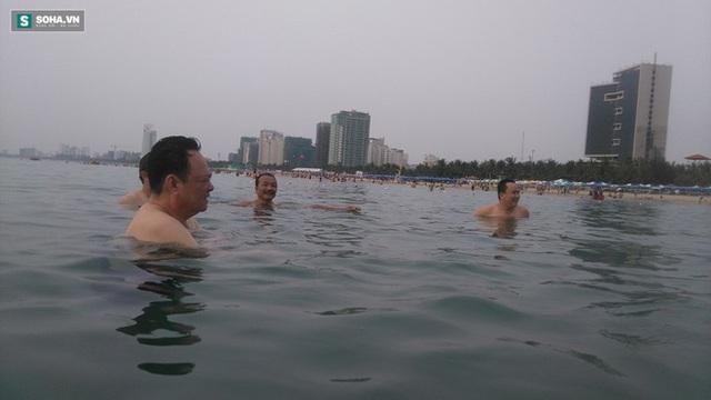 Ông Điểu cùng cán bộ Sở Tài nguyên môi trường dưới nước biển trong sáng 30-4