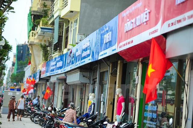 Điểm đáng chú ý trên tuyến đường này là hệ thống biển hiệu, đèn quảng cáo của các hộ kinh doanh được Uỷ ban Nhân dân Thành phố hỗ trợ kinh phí, đầu tư đồng bộ. (Ảnh: PV/Vietnam+)