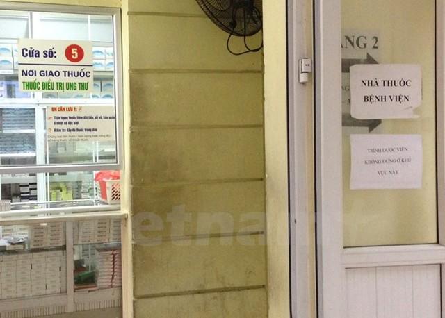 Một tấm biển yêu cầu trình dược viên không được đứng ở khu vực này tại nhà thuốc một bệnh viện. (Ảnh: PV/Vietnam+)
