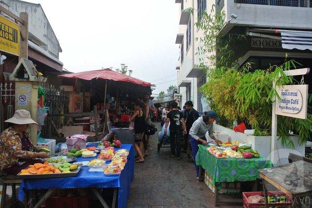 Ngõ ẩm thực nằm bên trái chợ đêm bán đủ loại đồ ăn hấp dẫn.