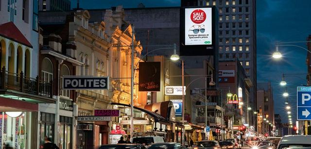 Những tấm biển quảng cáo được sắp đặt có vẻ lộn xộn nhưng vẫn khá ấn tượng trên đường phố Úc.