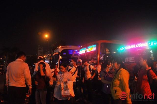 Lượng hành khách đổ về bến xe miền Đông trong buổi tối ngày 15/4 tăng đột biến. Tuy nhiên, tại bến xe các xe ra vào trật tự, không xảy ra tình trạng quá tải.