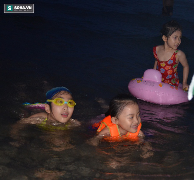 Nhiều khách du lịch cho con tắm biển tối 29-4