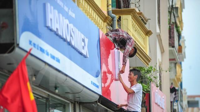 Các tấm biển quảng cáo được lắp đặt đồng bộ về kích thước, kiểu dáng với hai màu chủ đạo xanh – đỏ. (Ảnh: PV/Vietnam+)
