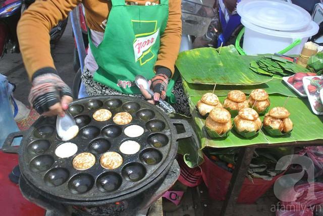 Quanh chợ có nhiều hàng bán một loại bánh giống bánh căn cốt dừa nóng hổi, người bán lấy lá chuối gấp thành hộp, xếp từng bịch 5 cái bánh xinh xinh tiện cho du khách mua cầm theo. Giá bánh là 5 nghìn kíp một phần.