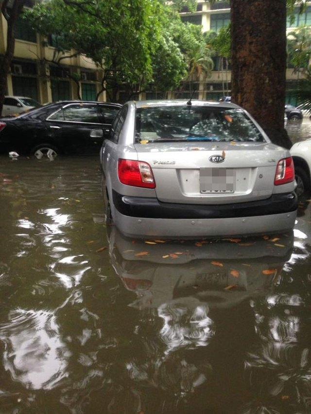 Chủ xe không khỏi tiếc của khi sau một đêm, chiếc ô tô của họ bị ngâm trong nước.