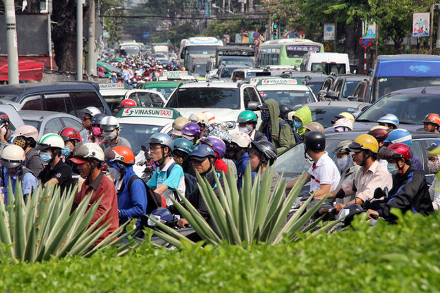 Hàng ngàn phương tiện trên đường Cách Mạng Tháng 8 chết dí khi di chuyển về hướng vòng xoay Dân Chủ - Ảnh: Q.Khải