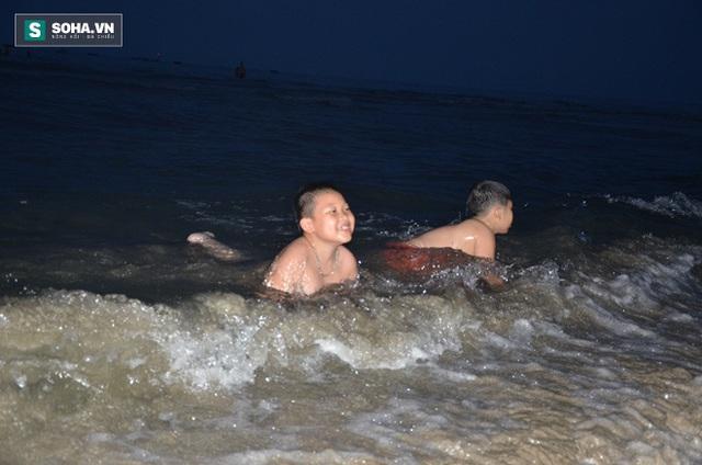Trẻ em được phụ huynh cho đùa nghịch trong nước khi họ có thông tin nước biển an toàn