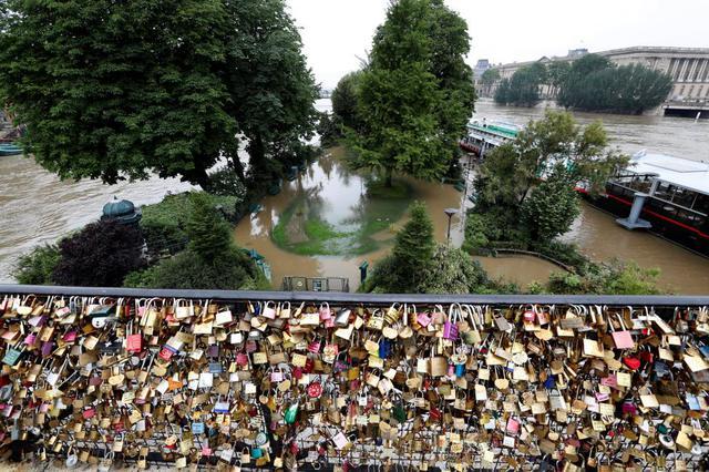 Paris ngập lụt nhìn từ nơi chứng minh tình yêu cho các đôi lứa. Ảnh: Reuters