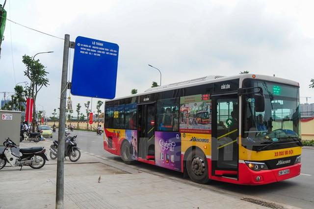 Tuyến xe buýt số 12 chạy tuyến công viên Nghĩa Đô – Đại Áng (Thanh Trì) phục vụ người dân đi lại. (Ảnh: PV/Vietnam+)