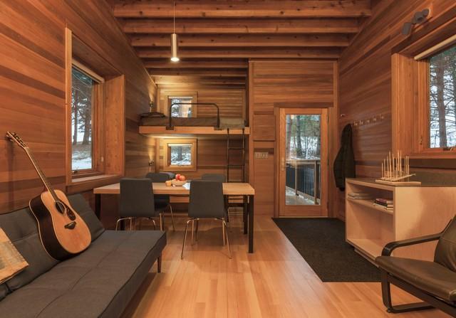 Được tạo nên từ gỗ tùng cùng gỗ thông nên căn nhà mini này có mùi thơm đặc trưng của thiên nhiên.