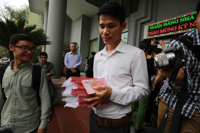 Anh Nguyễn Cát Hùng Mạnh (Cầu Giấy, Hà Nội) vui mừng khoe những tờ tiền kỷ niệm vừa mua được. Hôm nay anh đã phải xin nghỉ làm việc buổi chiều để xếp hàng mua tiền.